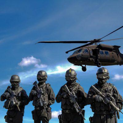 חיילים מחזיקים נשק