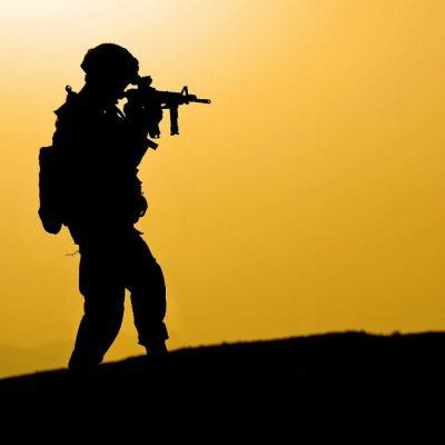 חייל מכוון נשק